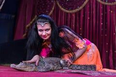Ballerino esotico Petting Small Alligator in scena Fotografia Stock Libera da Diritti