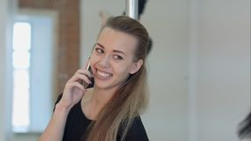Ballerino felice del palo che chiama con un telefono cellulare durante la classe A Immagini Stock Libere da Diritti