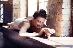 Ballerino femminile allegro che gode del riscaldamento Immagine Stock