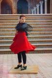 Ballerino femminile che esegue flamenco per i turisti ed i passanti vicino nel centro di Siviglia immagine stock libera da diritti