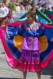 Ballerino femminile che porta vestito colourful Fotografia Stock