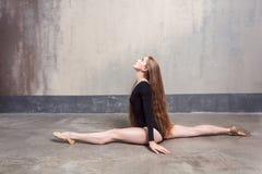 Ballerino femminile dai capelli lunghi allegro che gode del riscaldamento Fotografia Stock Libera da Diritti