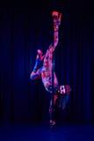 Ballerino femminile del palo nei colori al neon luminosi nell'ambito di ultravioletto Fotografie Stock Libere da Diritti