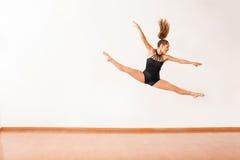 Ballerino femminile felice su nell'aria Immagine Stock