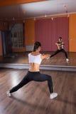 Ballerino femminile Stretching Arms e gambe in studio Immagini Stock