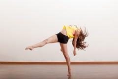 Ballerino femminile sveglio in uno studio Immagini Stock