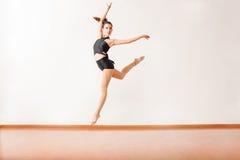 Ballerino grazioso che posa nell'aria Immagine Stock Libera da Diritti
