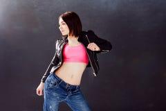 Ballerino hip-hop della giovane donna sui precedenti Immagine Stock Libera da Diritti