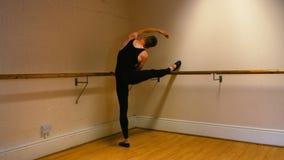 Ballerino maschio che pratica un ballo di balletto video d archivio