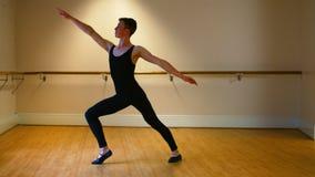 Ballerino maschio che pratica un ballo di balletto archivi video