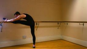 Ballerino maschio che pratica un ballo di balletto stock footage