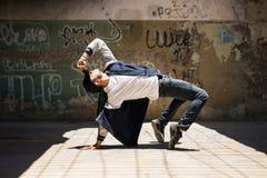Ballerino maschio che pratica una routine di ballo immagine stock
