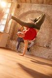 Ballerino moderno del freno che fa la figura del ` s del ballerino del freno Immagini Stock