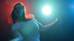 Ballerino moderno della giovane e bella donna archivi video