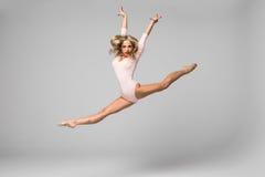 Ballerino professionista di salto della ragazza della ginnasta isolato sul fondo dello studio Fotografia Stock Libera da Diritti