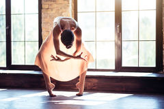 Ballerino professionista moderno che sta alla luce solare immagini stock