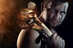 Ballerino senza camicia o attore dell'uomo con la maschera terrificante e spaventosa Fotografia Stock