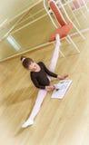 Ballerino su una sedia con la scuola di dancing Fotografie Stock