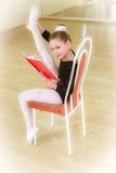 Ballerino su una sedia con la scuola di dancing Immagini Stock
