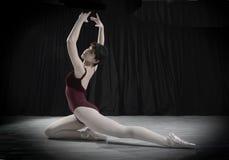 Ballerino teenager nello studio Immagini Stock