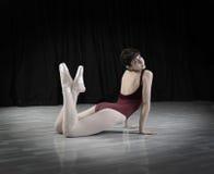 Ballerino teenager nello studio Fotografia Stock Libera da Diritti