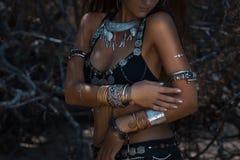 Ballerino tribale della donna all'aperto Fotografie Stock