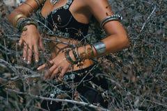 Ballerino tribale della donna all'aperto Chiuda sulla foto delle mani con il ethni Fotografia Stock