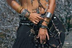 Ballerino tribale della donna all'aperto Chiuda sulla foto delle mani con il ethni Fotografia Stock Libera da Diritti