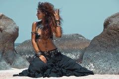 Ballerino tribale della donna sulla spiaggia Immagini Stock Libere da Diritti