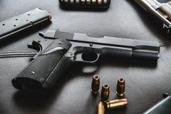 45 balles creuses de point de calibre s'approchent du pistolet et de la magazine Images stock