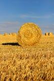 Balles de foin dans des domaines de chaume pendant les Frances de Picardie de temps de récolte d'été image libre de droits