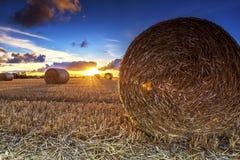 Balles de foin de coucher du soleil Photographie stock libre de droits