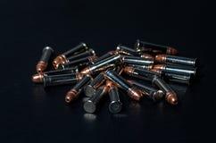 Balles de fusil au-dessus de table Image libre de droits