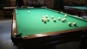 Balles de match d'homme dans le billard dans le club de billard clips vidéos