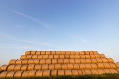 Balles de paille sur des terres cultivables Balle de paille Straw Bales Balles de paille de foyer sélectif empilées sur la pile Image libre de droits