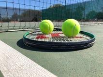 Balles de tennis avec la raquette images libres de droits