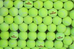 Balles de tennis de Wilson d'émirats de mouche chez Billie Jean King National Tennis Center Photographie stock