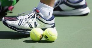 Balles de tennis de Wilson sur le court de tennis chez Arthur Ashe Stadium pendant l'US Open 2013 Photographie stock libre de droits