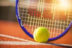 Balles de tennis et raquettes sur l'herbe Photo libre de droits