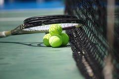 Balles de tennis et raquettes sur la cour Image libre de droits