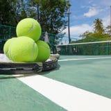 Balles de tennis et raquettes sur la cour Images libres de droits