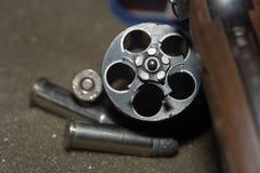 Balles de tir de revolver d'armes à feu avec la tache floue d'arme à feu photos libres de droits