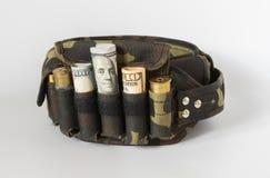 Balles sur des billets de banque du dollar avec la poudre blanche de drogue Photo libre de droits