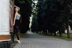 Ballet élégant de danse de femme de danseur classique dans la ville images libres de droits