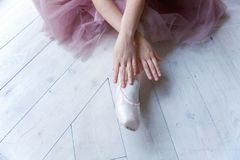 Ballet-bailarín joven que se sienta en el piso Fotografía de archivo