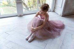 Ballet-bailarín joven que se sienta en el piso Fotos de archivo