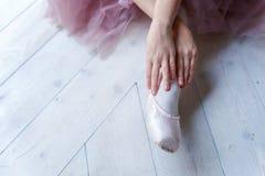 Ballet-bailarín joven que se sienta en el piso Imagen de archivo