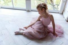Ballet-bailarín joven que se sienta en el piso Fotografía de archivo libre de regalías