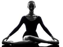 Ballet de ballerine de jeune femme étirant le réchauffage images libres de droits