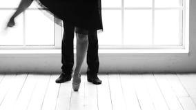 Ballet de pratique de femme avec son associé clips vidéos
